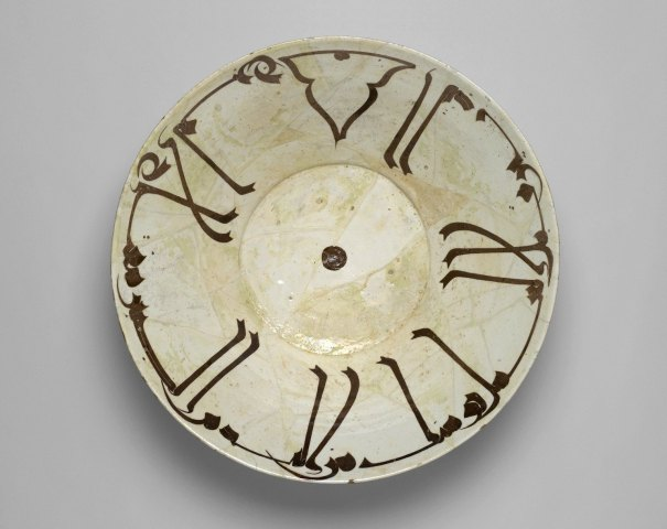 Bowl_with_Kufic_Calligraphy,_10th_century